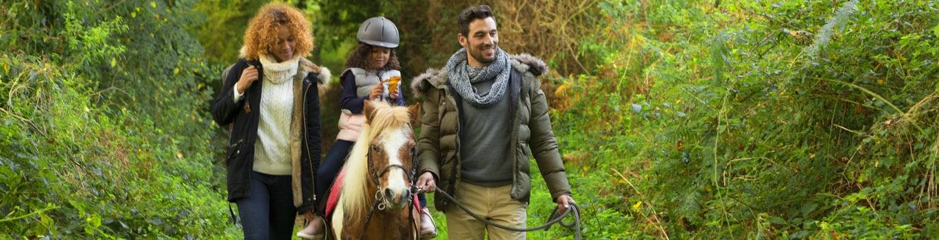 Famille balade en poney pendant les vacances Toussaint