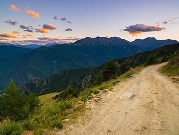 chemin de randonnées dans la montagne  pendant les vacances d'été