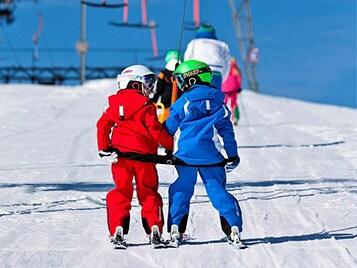 enfants sur un telesiege pendant les vacances d'hivers