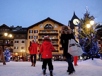station de ski décoré pour les vacances de noel